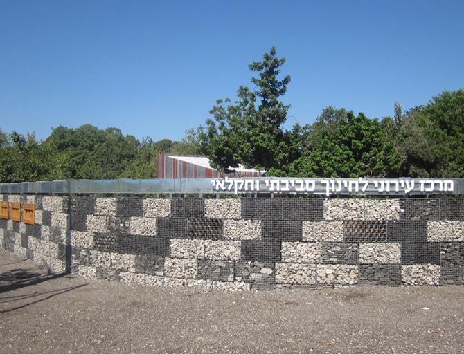 קיר גביונים עשוי מחומרים משימוש חוזר ופסולת בניה